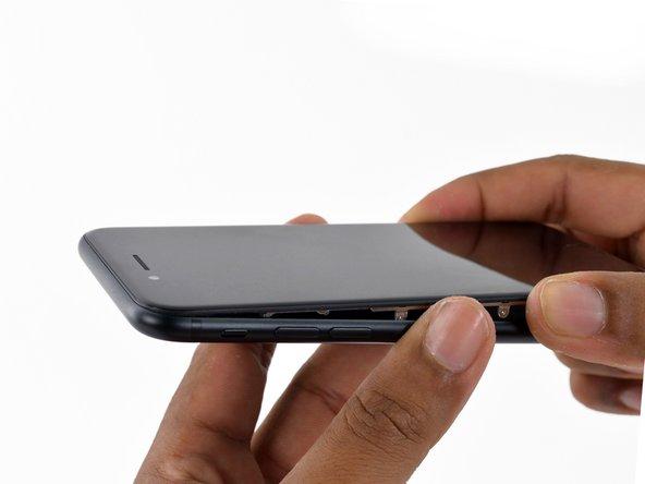 Eloignez légèrement l'écran complet du bord supérieur du téléphone pour dégager les clips le maintenant au boîtier arrière.