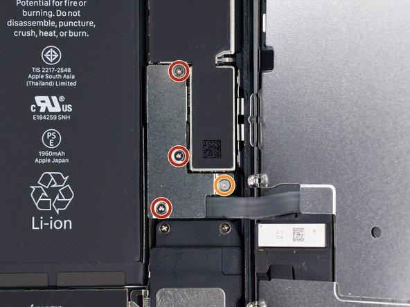 Enlevez du support du connecteur inférieur les quatre vis tri-point Y000 aux longueurs suivantes: