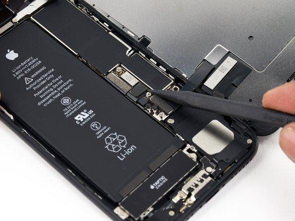 Utilisez la pointe d'une spatule (spudger) pour soulever le connecteur de la batterie de sa prise sur la carte mère.