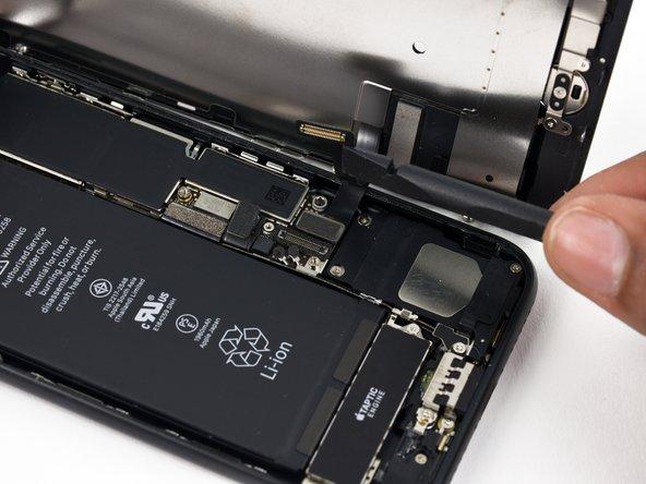 Utilisez l'extrémité plate d'un spudger ou un ongle pour débrancher les deux connecteurs inférieurs de l'écran en les tirant tout droit hors de leur prise sur la carte mère.
