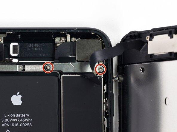 Retirez les deux vis cruciformes de 1,3 mm fixant le support sur le connecteur de l'ensemble capteur du panneau avant.
