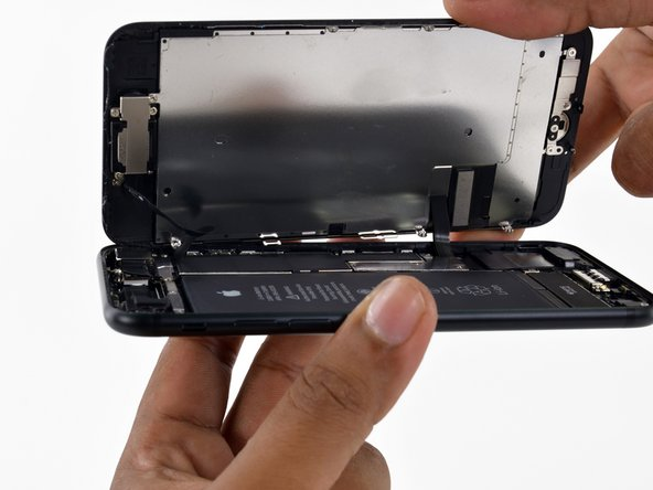 N'essayez pas encore de séparer l'écran complètement, car il y restent plusieurs nappes fragiles qui le relient à la carte mère de l'iPhone.