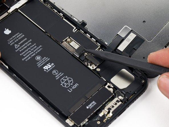 Pliez légèrement la nappe du connecteur vers le haut pour éviter un contact avec la prise ce qui risquerait d'alimenter le téléphone.