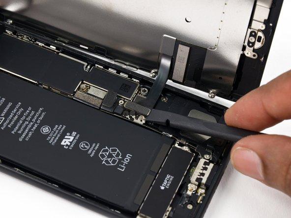 Assurez-vous que la batterie est déconnectée avant de déconnecter ou reconnecter les nappes de cette étape.
