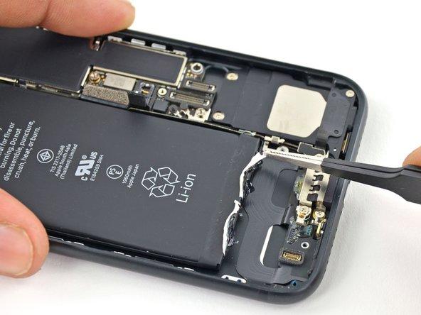 Utilisez une pincette aux pointes arrondies pour retirer l'autre bande adhésive sur le bord inférieur de la batterie.