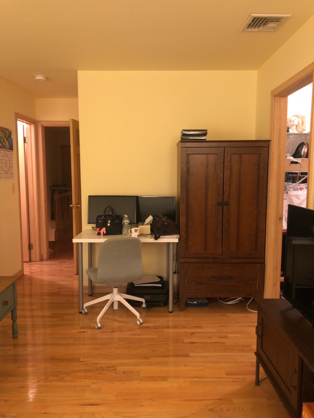 방 안쪽에서 방 문 입구쪽을 바라본 전경 입니다.