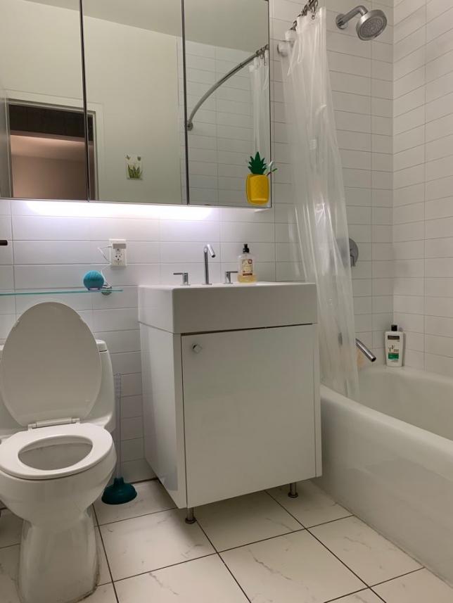 큰방에 포함 되어있는 화장실입니다. 집이 리노베이션 된지 얼마 안되서 화장실, 주방이 신식이고 깨끗해요.