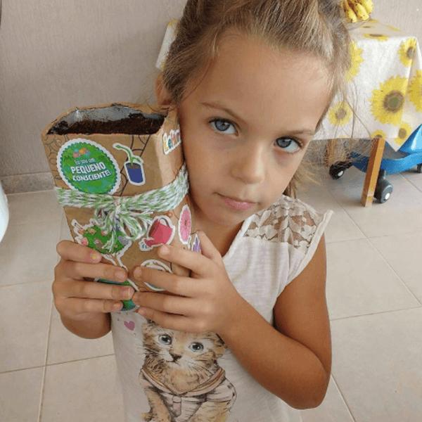 pequeno cosnciente criança plantando semente