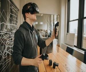 خوذة الواقع الإفتراضي تتسبب في موت رجل عن طريق الخطأ في ر...