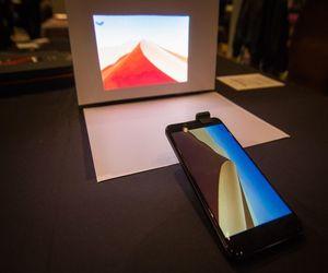 Moviphone هاتف أندرويد ذكي مع عارض ضوئي مدمج