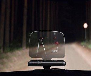 هذه القطعة تحوّل شاشة هاتفك إلى هولوجرافيك على زجاج السيارة