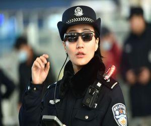 الشرطة الصينية تستخدم نظارات التعرف على الوجه لمراقبة الم...