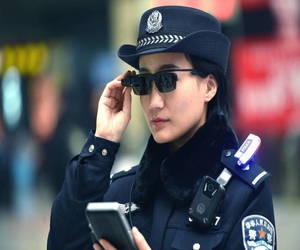 الشرطة الصينية بدأت بإستخدام النظارات الذكية المزودة بتكن...