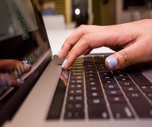أبل تتعهد أخيراً بحل مشاكل لوحة المفاتيح في بعض أجهزة Mac...