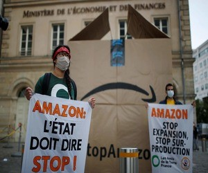 ناشطون فرنسيون يحتجون على توسع أمازون