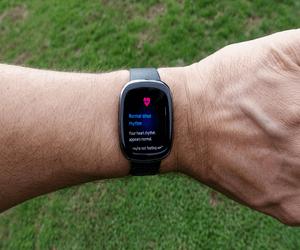 Fitbit تبدأ في إستدعاء بعض من ساعات Sense الذكية للإ...