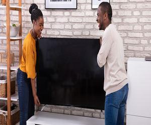 كيف تختار مقاس شاشة التلفاز الذي يتناسب مع مساحة الغ...