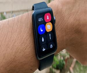 كيفية كتم صوت ساعة آبل Apple Watch تلقائيًا بناءً عل...