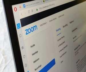 كيف يمكنك إضافة جهات الاتصال إلى حسابك في تطبيق Zoom...