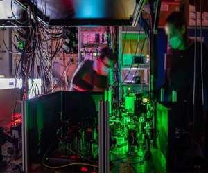 الشبكة الكمومية المتعددة العقد تمهد الطريق للإنترنت ...
