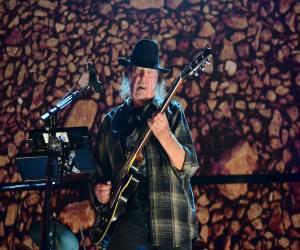 الموسيقي Neil Young يتهم أبل بالتسبب في انخفاض جودة الموسيقى