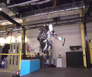 """شاهد الجيل الجديد من روبوت """"أطلس"""" وهو يتشقلب في الهواء"""