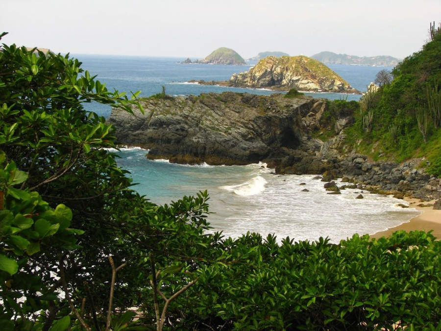 <p>Enjoy paradisiacal landscapes on the beaches of Zihuatanejo</p>