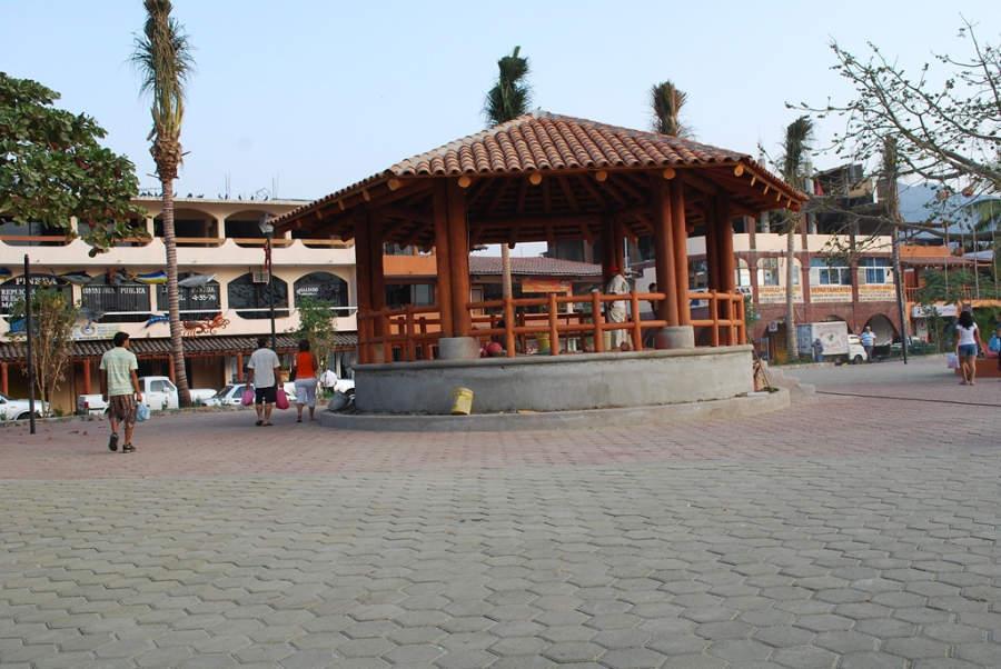 <p>Gazebo at the main square of Zihuatanejo</p>