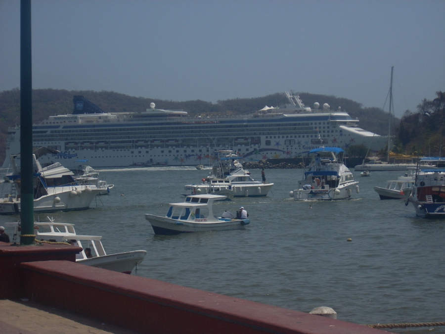 <p>Arrival of a cruise ship in Zihuatanejo</p>