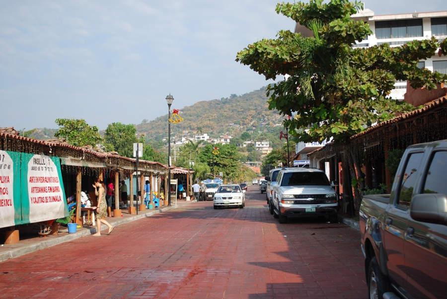 En las calles del centro de Zihuatanejo hay tiendas y restaurantes