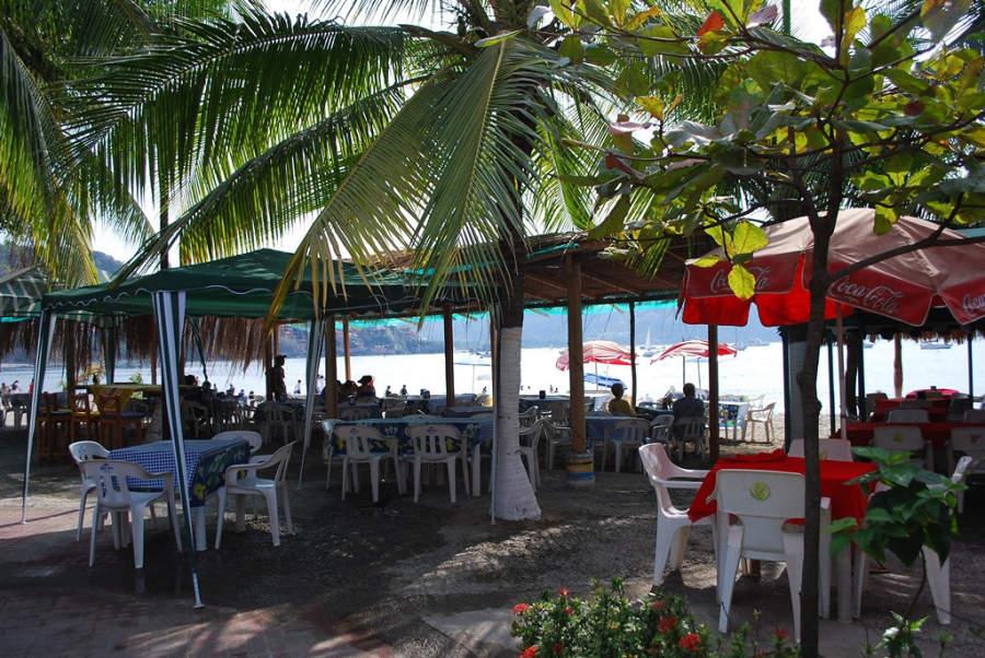 <p>Beach restaurants inZihuatanejo</p>
