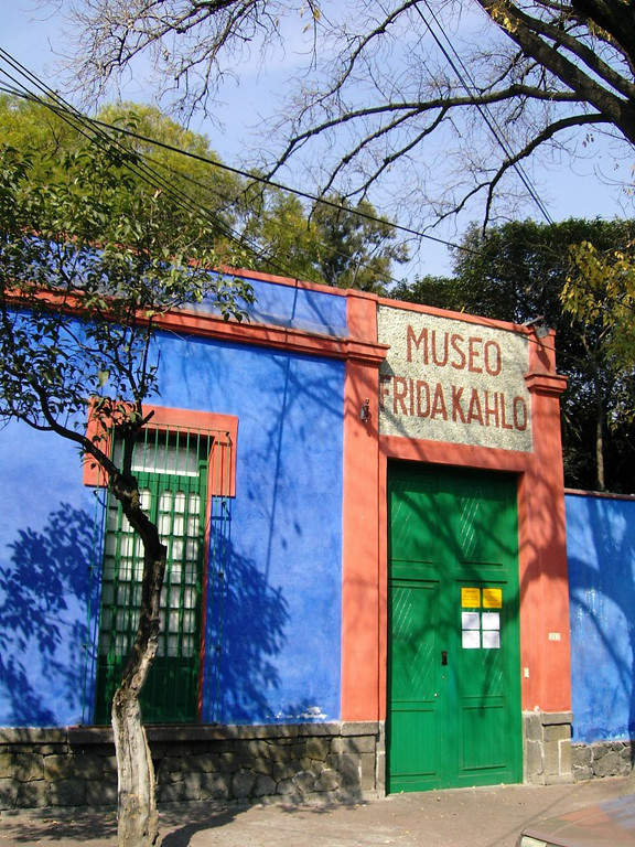 <p>Facade of the Frida Kahlo Museum</p>