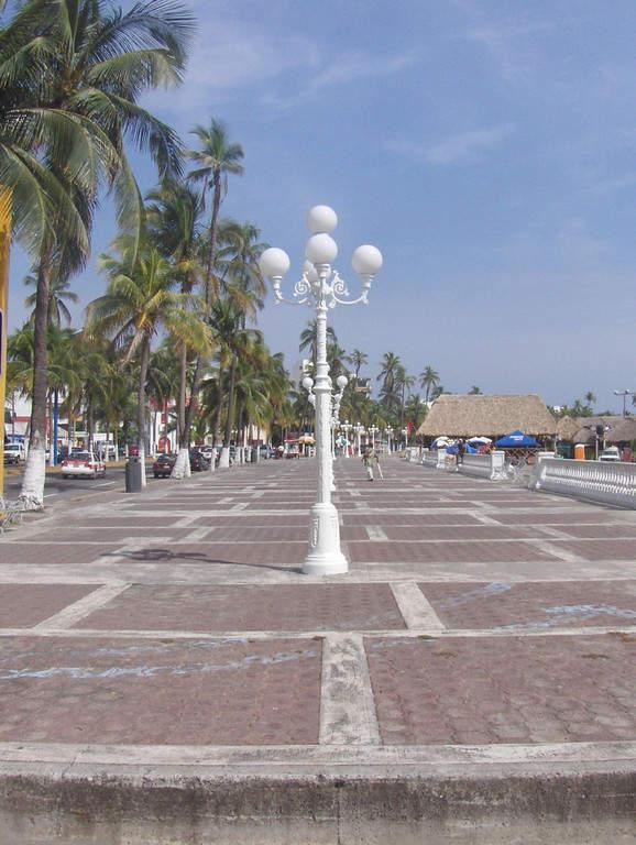 <p>Take a walk along the Boardwalk of Veracruz</p>