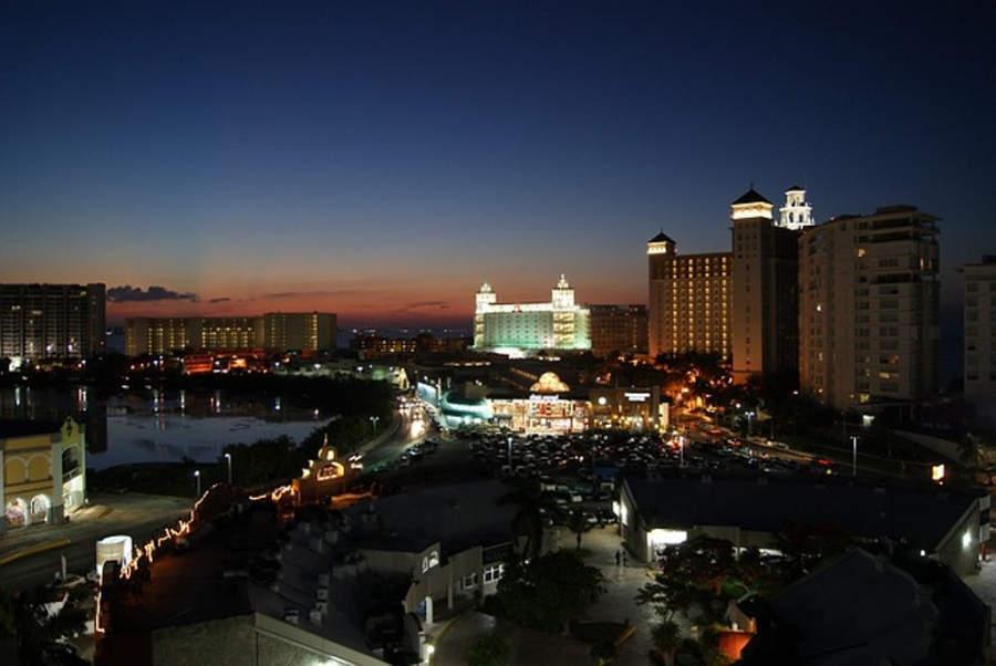 <p>Zona Hotelera de Cancún de noche</p>