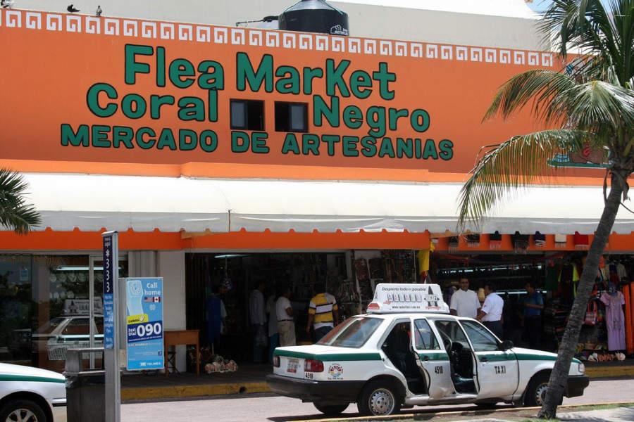 <p>Coral Negro es un mercado de artesanías en la Zona Hotelera de Cancún</p>