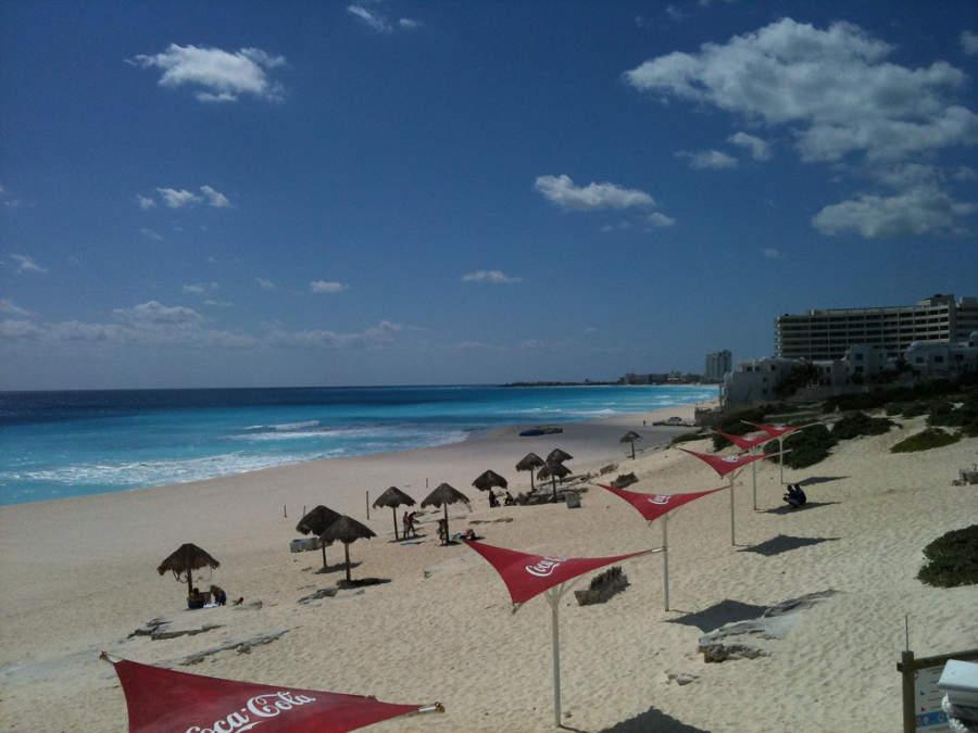 <p>La playa Delfines en Cancún tiene la certificación Blue Flag</p>
