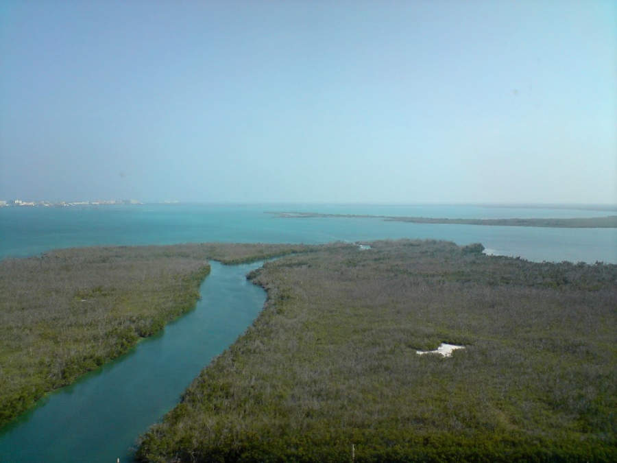 <p>Vista aérea de la laguna Nichupté en la Zona Hotelera de Cancún</p>