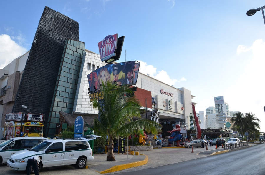 <p>Zona de clubs nocturnos en Cancún o Party Center</p>