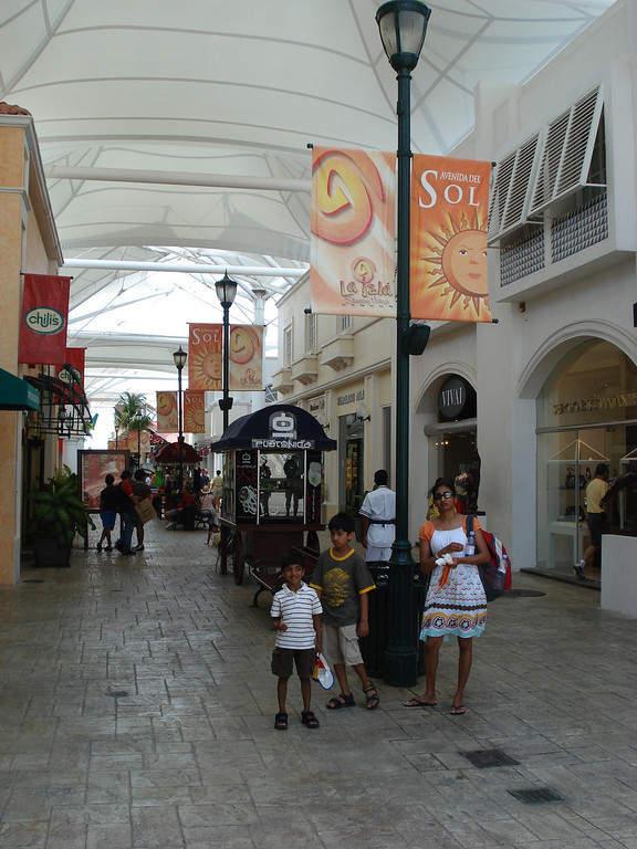 <p>Un pasillo en el centro comercial La Isla Cancún</p>