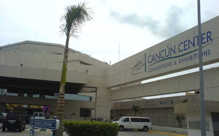 <p>Vista exterior del Centro de Convenciones o Cancún Center</p>