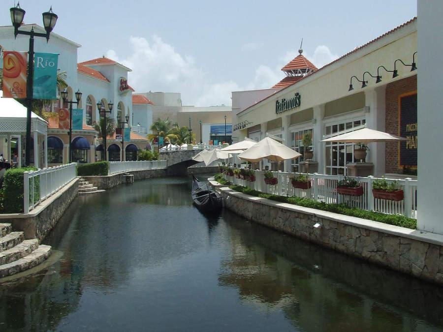 <p>Plaza la Isla es un centro comercial al aire libre en Cancún</p>