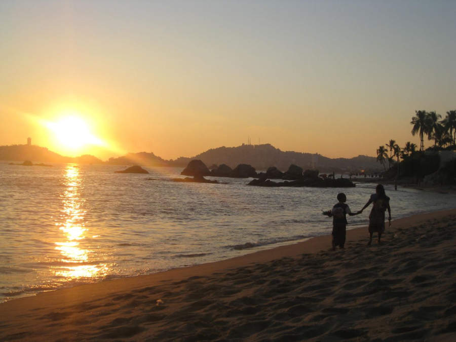 <p>View of the sunset on Condesa Beach in Acapulco</p>
