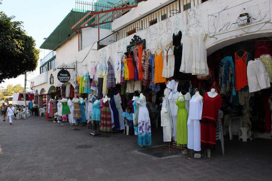 <p>Clothing shopping arcade in Acapulco</p>