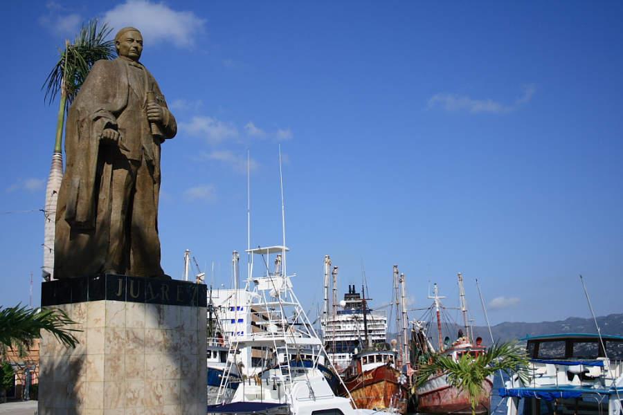 <p>Benito Juarez Statue across Acapulco Boardwalk</p>