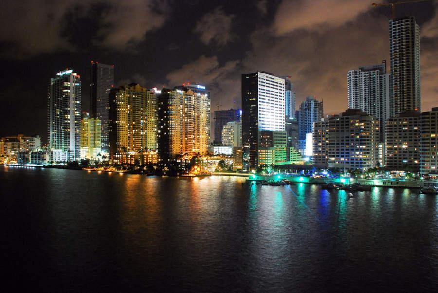 <p>Vista nocturna de la ciudad de Miami</p>