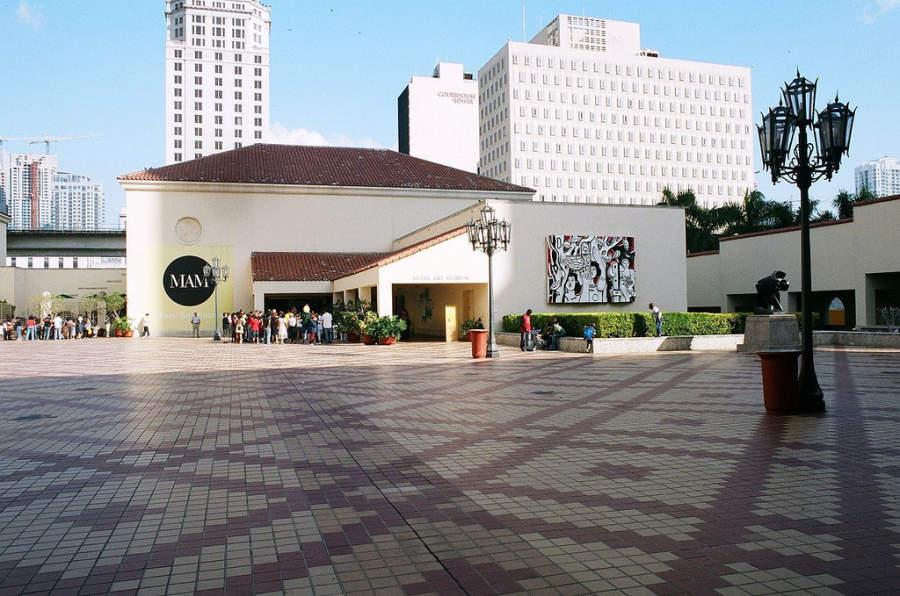 <p>Explanada del Museo de Arte en Miami</p>
