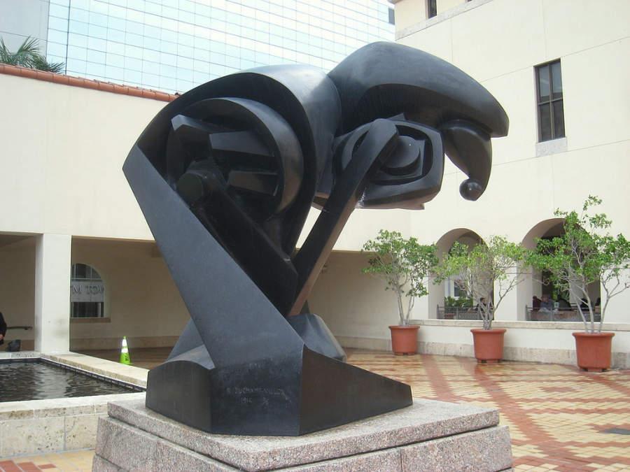 <p>Escultura en el patio del Museo de Arte en Miami</p>