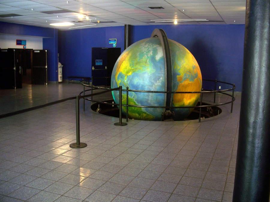 <p>El Museo de Ciencias en Miami tiene un planetario</p>