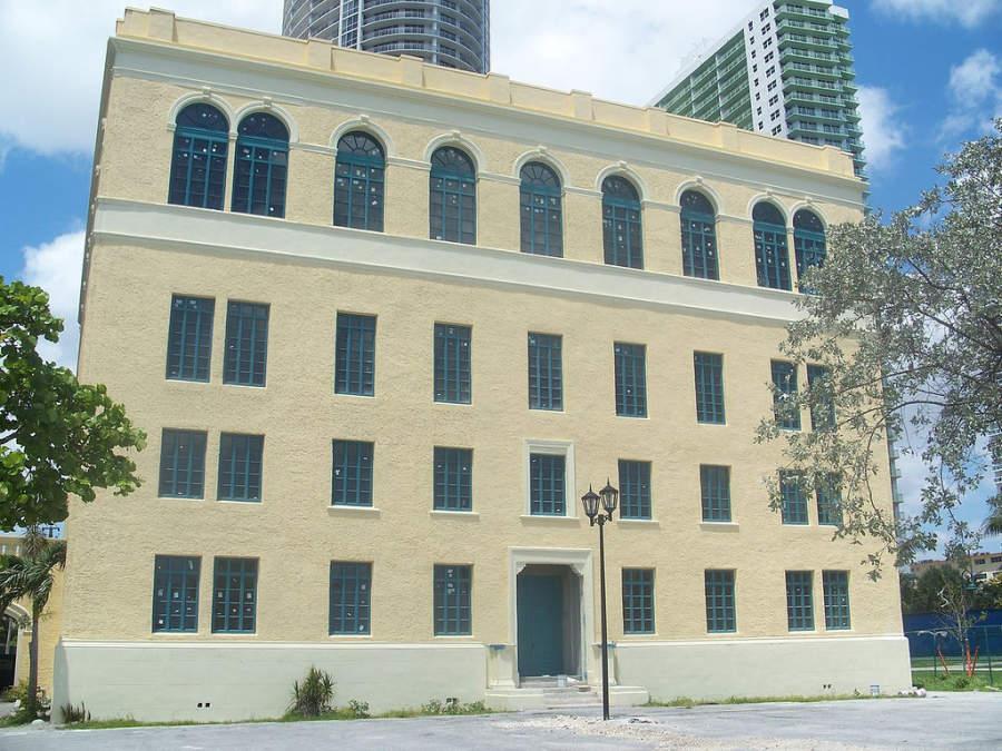 <p>Vista exterior del Miami Women's Club, club para mujeres en Miami</p>