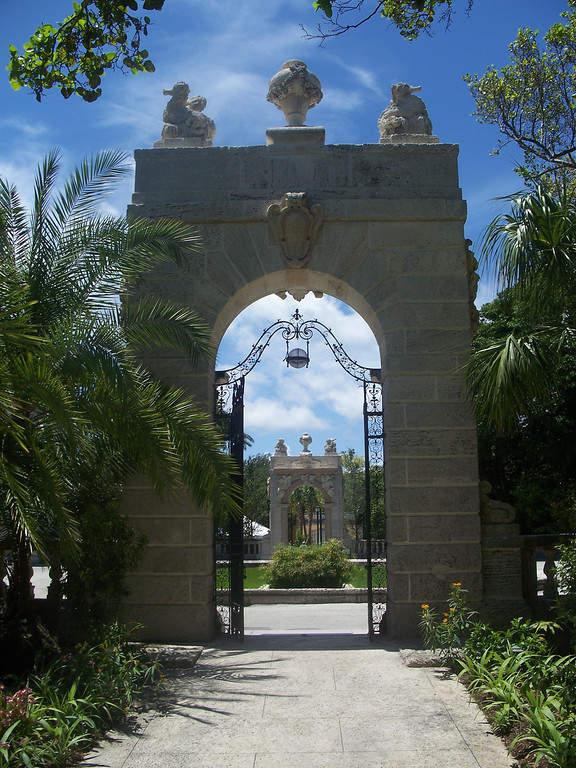 <p>Entrada al jardín de Villa Vizcaya en Miami</p>